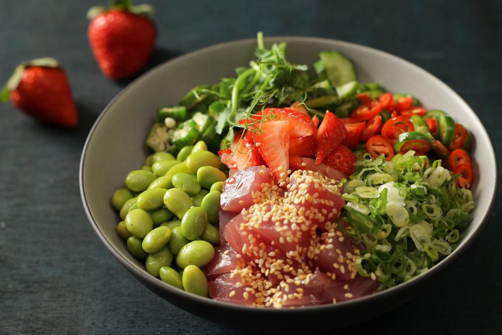 台北晶華_主廚首推概念源自於夏威夷的蔬果生魚蓋飯(Poke Bowl)的夏威夷風草莓鮪魚拌飯.jpg