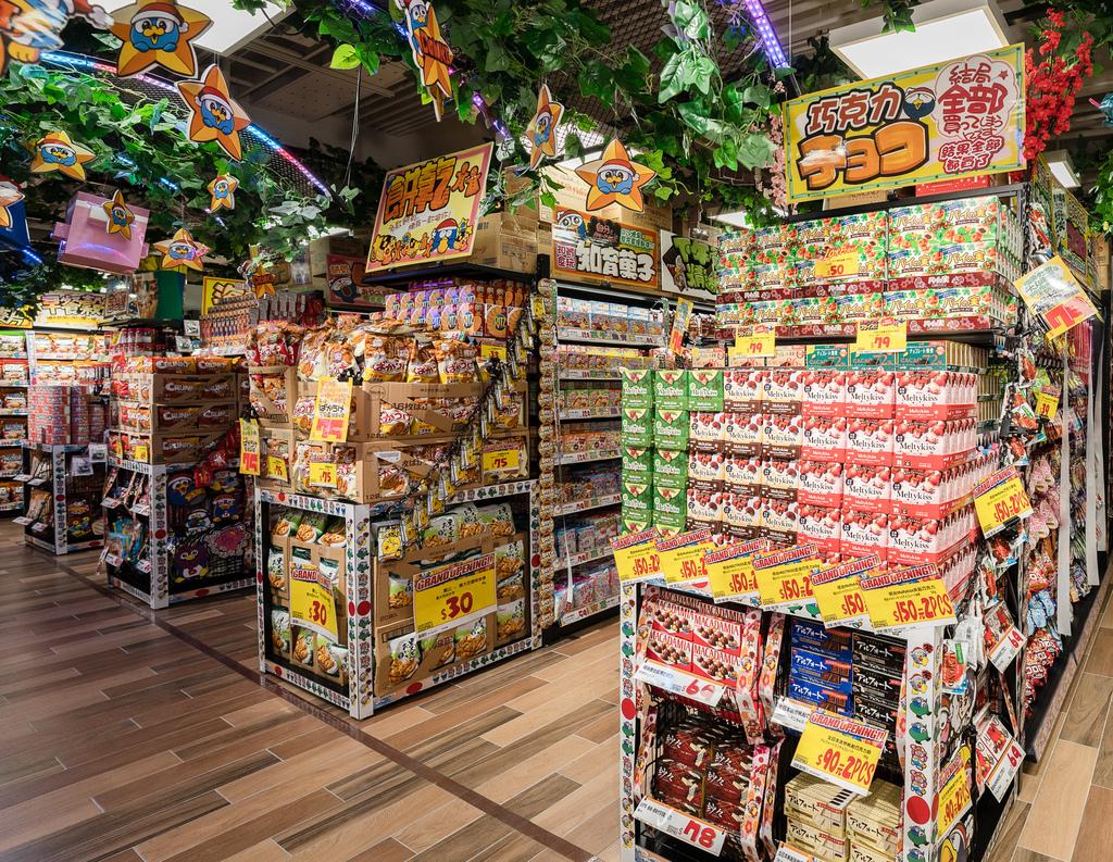 3-2. 來到零⾷、食品區絕對會被琳瑯滿目的商品種類給深深迷倒,消費者對日本零食的渴望皆能在此滿足。(圖片由DON DON DONKI提供).jpg