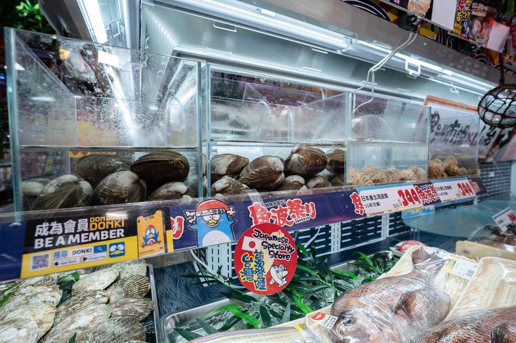 4-2. 新鮮豐潤的美威鮭魚壽司以及日本産帆立貝壽司一直都是「DON DON DONKI」的經典,「DON DON DONKI西門店」更首次嘗試於店鋪中販售活貝類。(圖片由DON DON DONKI提供).jpg