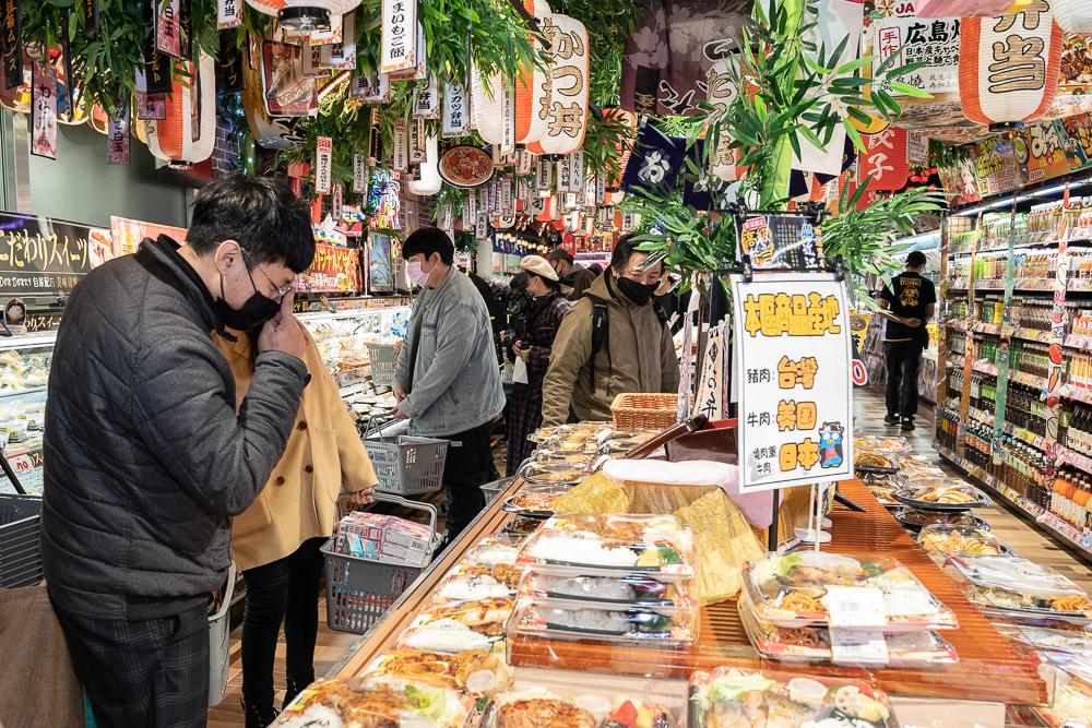 5. 到訪「DON DON DONKI西門店」,不僅能挖掘來自日本的趣味商品,還能品嘗來自日本的道地滋味,一飽口福!(圖片由DON DON DONKI提供).jpg