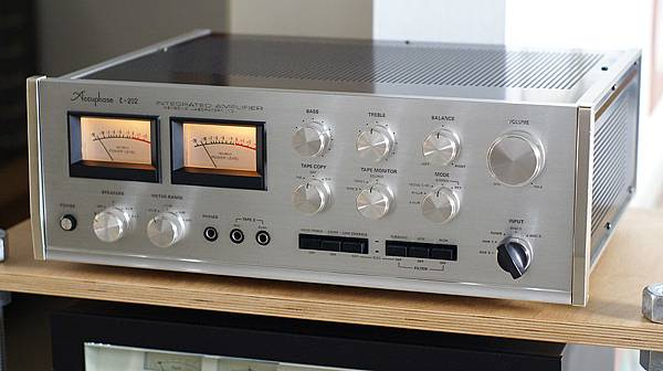ACCUPHASE E-202.jpg