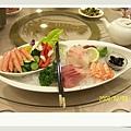 看一下我們的菜色-生魚片+沙拉