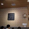 吃飯囉!餐廳牆壁是拼圖