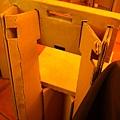 莫名其妙拍了黃光的餐椅(真的是紙做的啦)