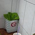 看到沒)))這一桶是筷子!(一桌都有一桶)