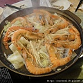 不懂為什麼蝦底下要鋪高麗菜和金針菇