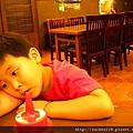 寶貝很不耐煩的趴在桌上吸辣椒(噗~是借位)