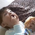 2009-10-22 dd吃菠蘿(仰).jpg