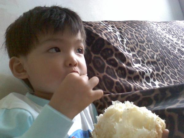2009-10-22 dd吃菠蘿(咬).jpg
