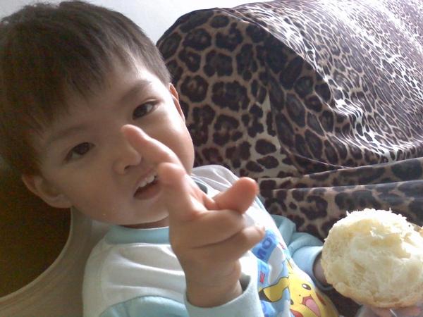 2009-10-22 dd吃菠蘿(吔).jpg