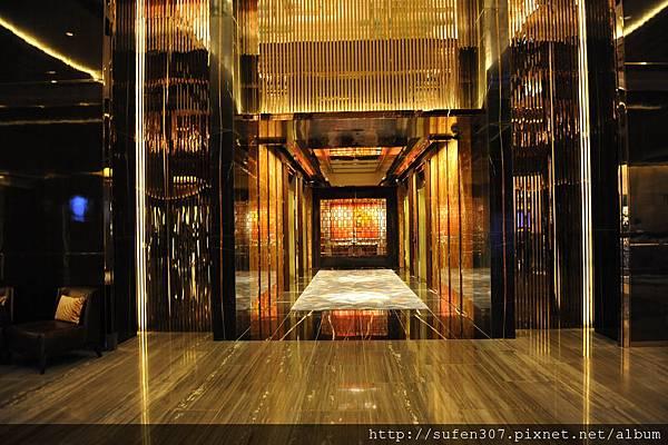the Ritz-Cartlon 103F電梯搭乘處,通往9F電梯