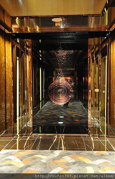 the Ritz-Cartlon 103F lobby電梯搭乘處,通往客房電梯