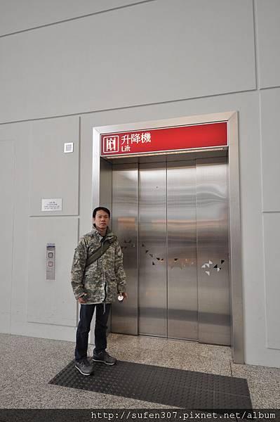 赤鱲角機場貨梯-->客運大樓
