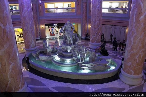 一定會有一個噴水池和雕像