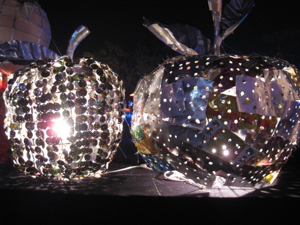 以廢棄的利樂包製作的環保花燈。