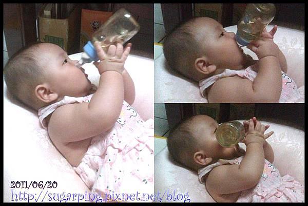瑞瑞拿奶瓶...玩...