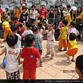 和同學跳舞