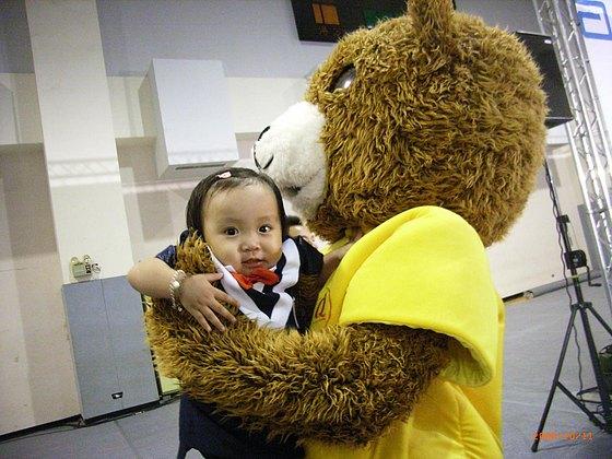 被亞培Q熊抱起來