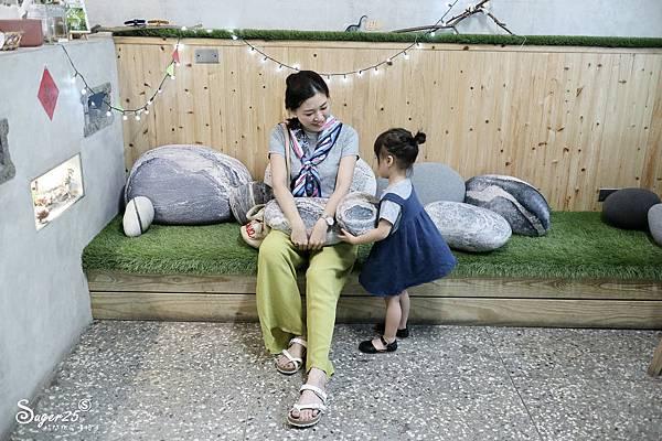 宜蘭羅東野小孩吃車輪餅配咖啡14.jpg