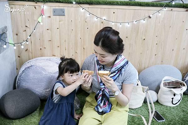 宜蘭羅東野小孩吃車輪餅配咖啡29.jpg