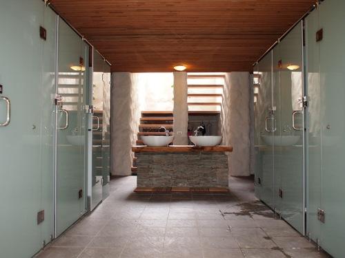 八人房的衛浴區域
