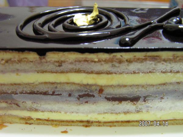 蛋糕的最上層是黑糖口味