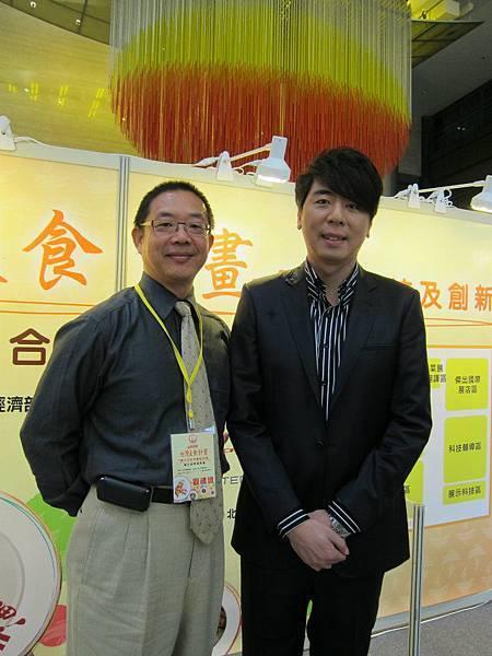 2011/12/01蘇杭副總與主持人梁赫群合影