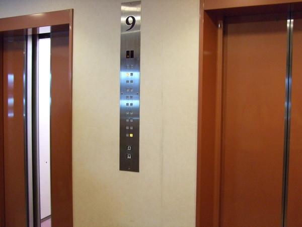 房門外兩台小電梯
