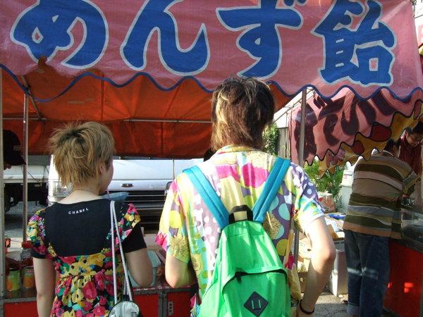 走在前面的日本情侶