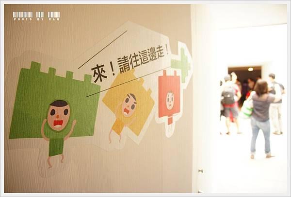 覺得牆上的指示方向貼紙很可愛~
