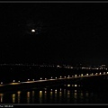 月亮出來了,下面那個據說是里嶺大橋