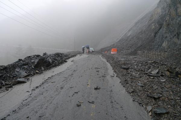 遇到土石流~台14甲41公里處,車陷土石中..