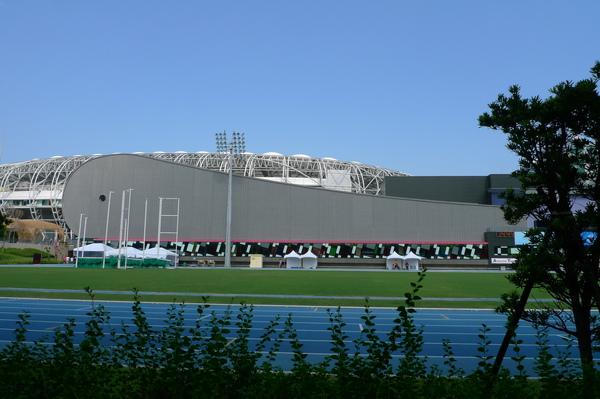 前往會場~鯨魚造型的游泳池館天空和跑道都是漂亮的藍。