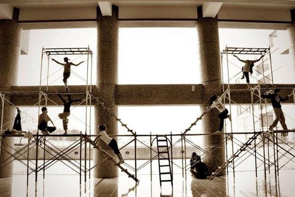 三層高鐵架依舊跳舞跳得穩穩穩.jpg
