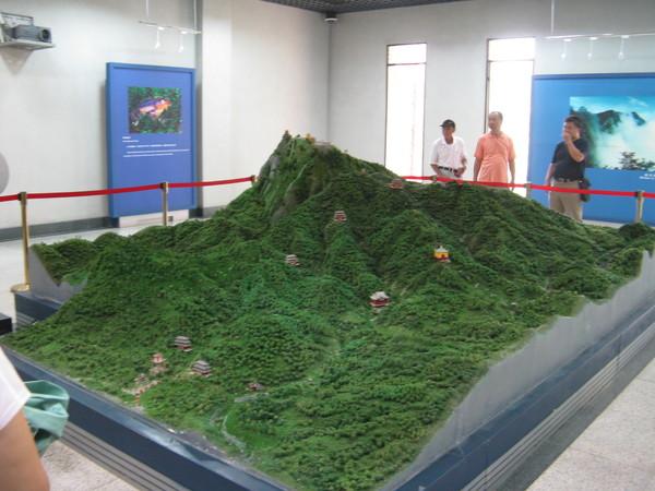 模型 最高點是剛剛的普賢菩薩 最低點是現在的地方