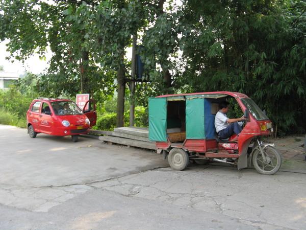 後面的車子有三輪喔 沒看過