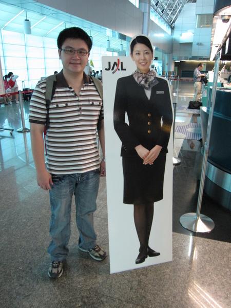 一到機場先跟正空姐照相,但為什麼飛機上的都不是這樣!!!