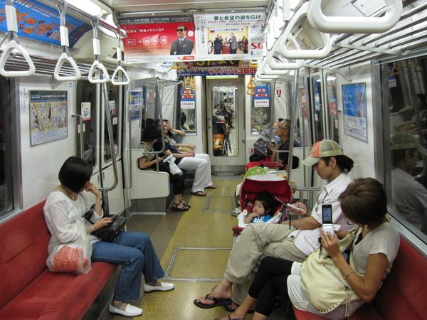 大江戶線車內,日本人人手一機搭搭搭搭按不停