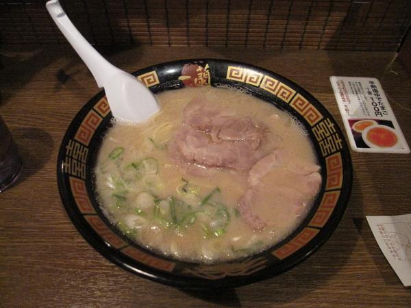 一蘭拉麵上菜囉,真的好吃,湯頭我很愛,而且價錢在日本也算很便宜