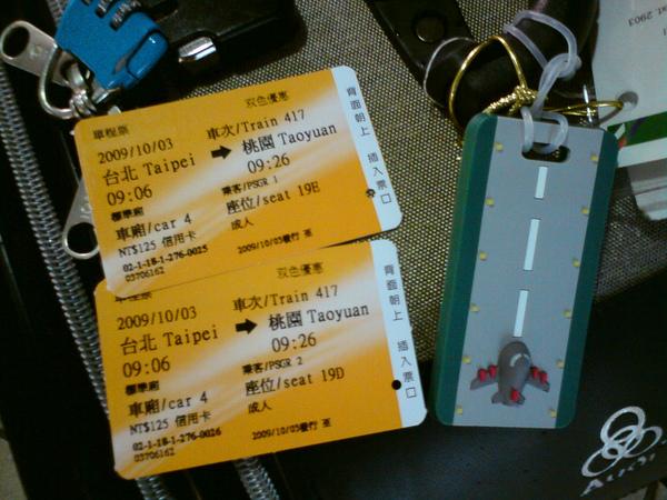搭乘高鐵前往桃園機場,和行李吊牌照一張 感謝思思