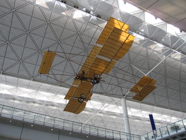 機場大廳的飛機