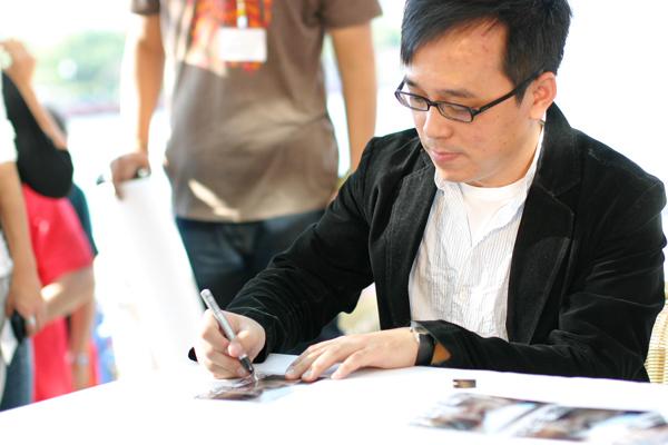 帥氣的導演林育賢幫大家簽名