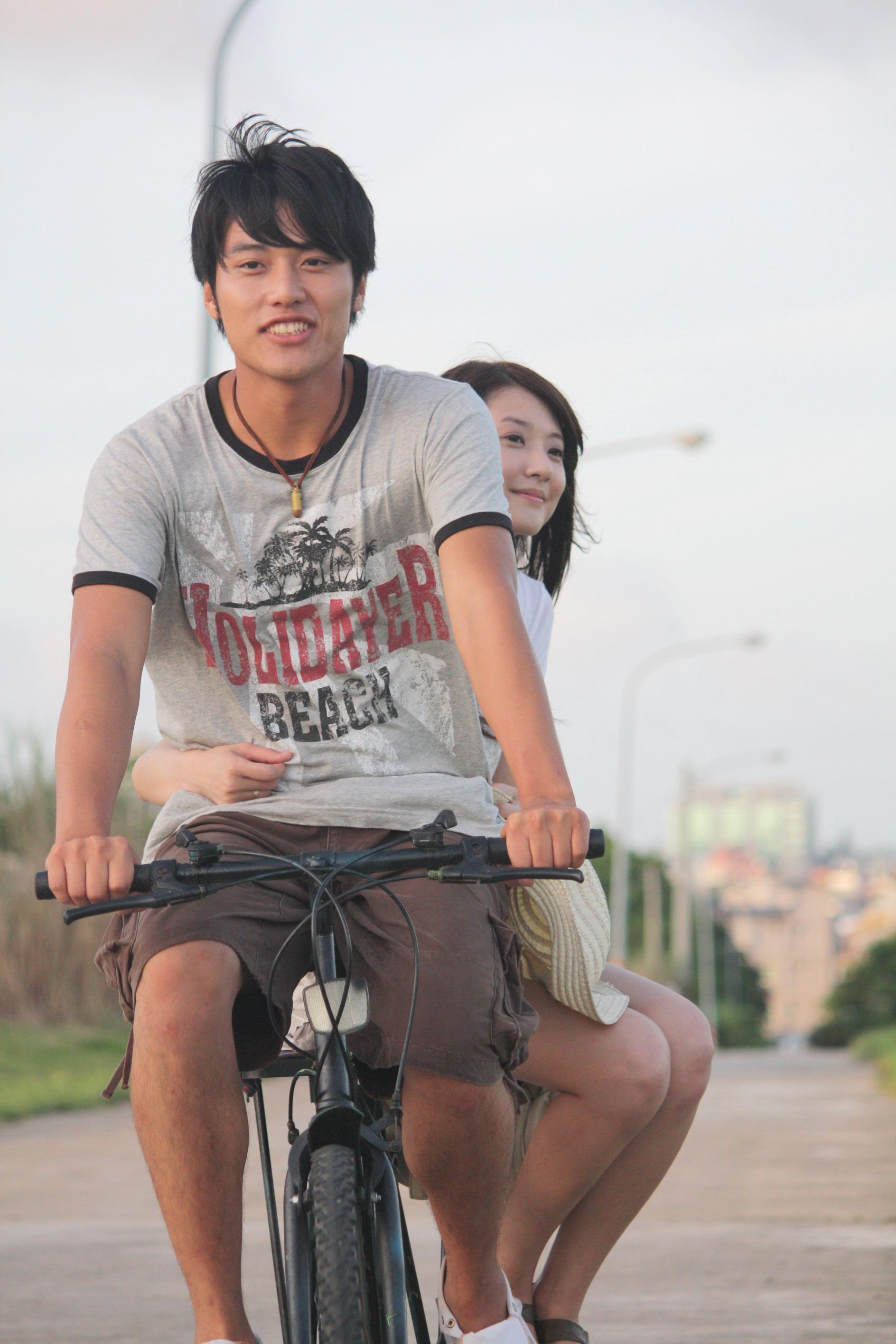 張睿家琪自行車載林逸欣.jpg