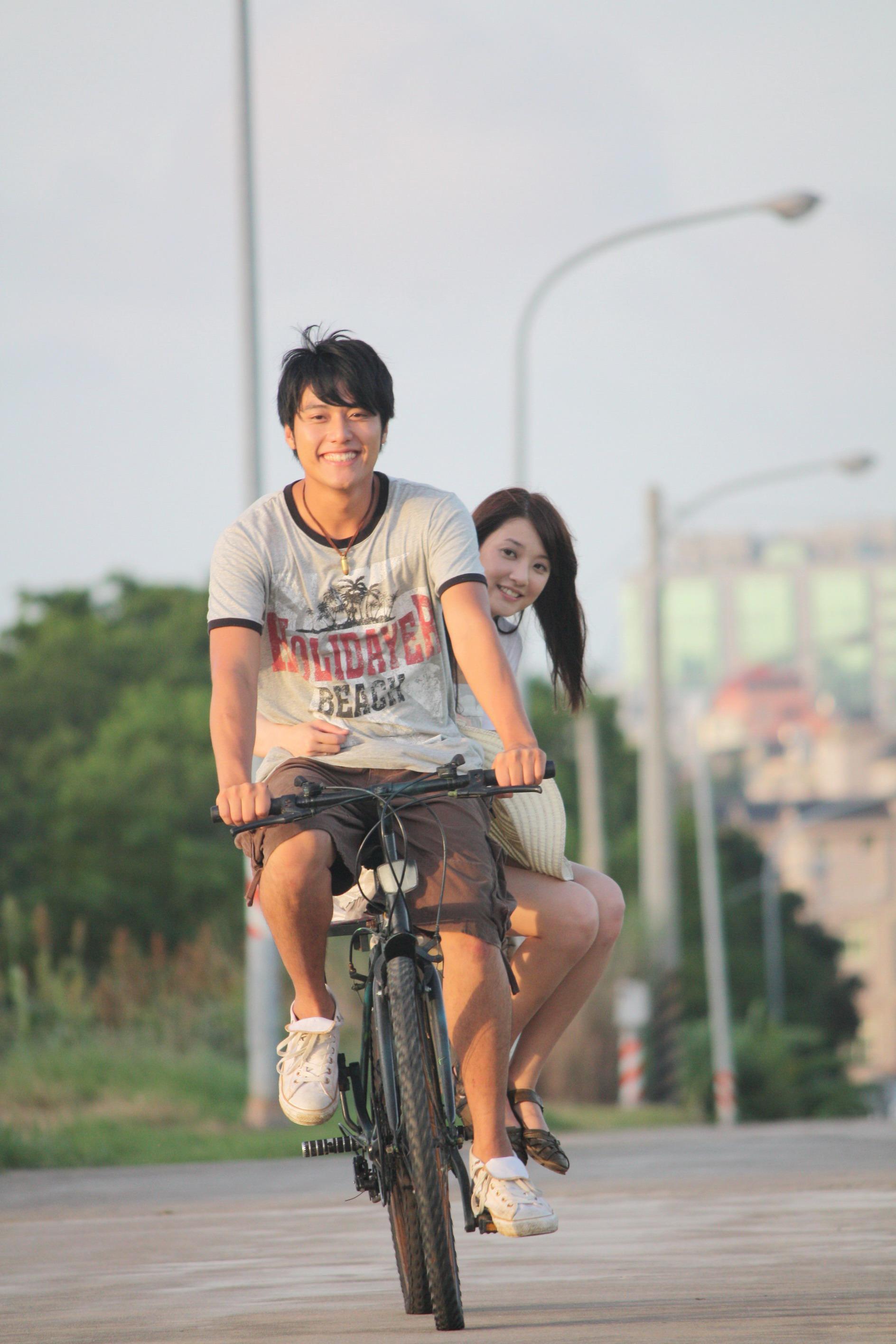 張睿家騎自行車載林逸欣2.jpg