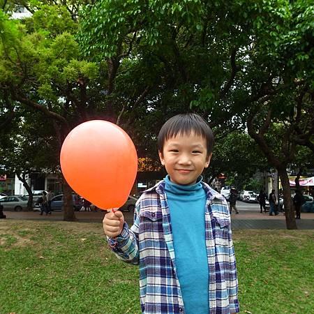 20140315広場に赤い風船が一つあった。