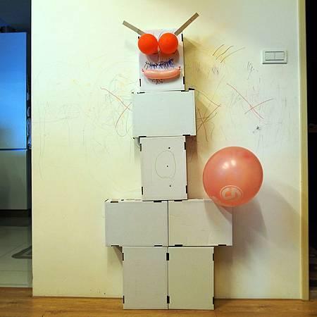 20140407子供と父は紙箱のロボットを作りました。