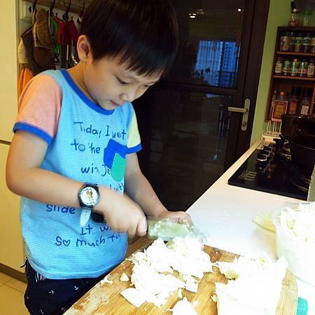 20140429子供は野菜を切りに手伝いました。
