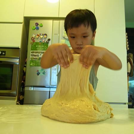 20140527子供は自分でパンを作っていました。