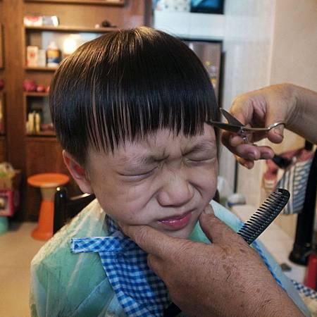 20140727暑くて、お母さんは子供に髪を切ってくれました。