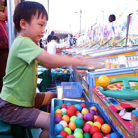 20140823夜市ゲームの中で息子さんはピンボールが一番好きです。